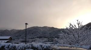 写真(7).駐車場から雪JPG
